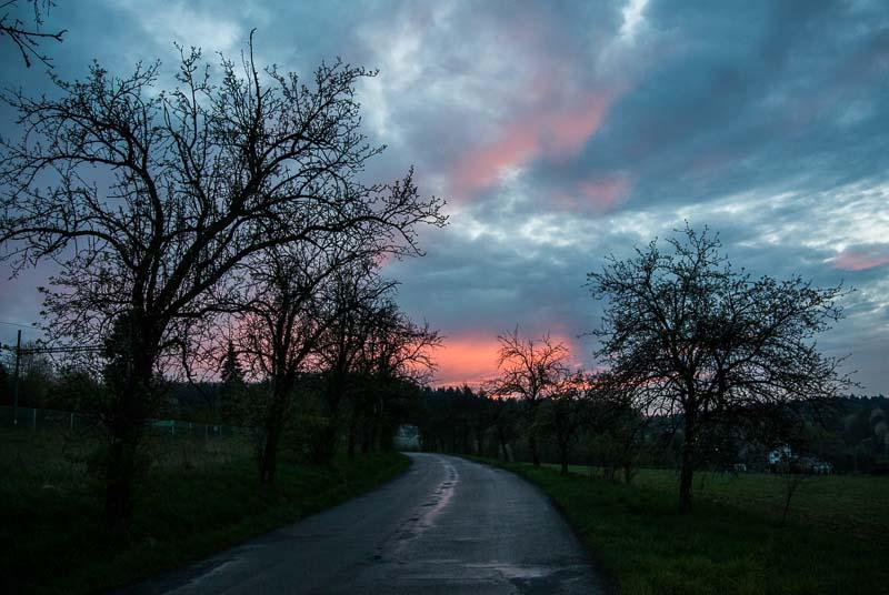 Západ slunce nad silnicí