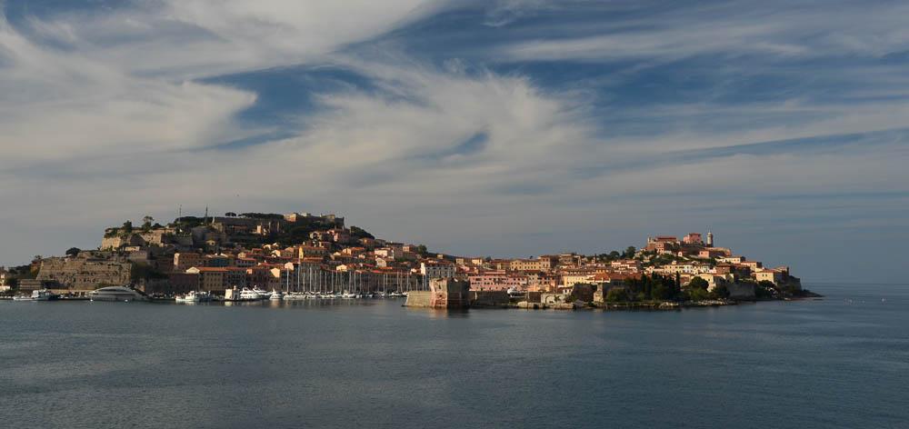 Porto Ferraio, ostrov Elba, záběr z přijíždějícího trajektu