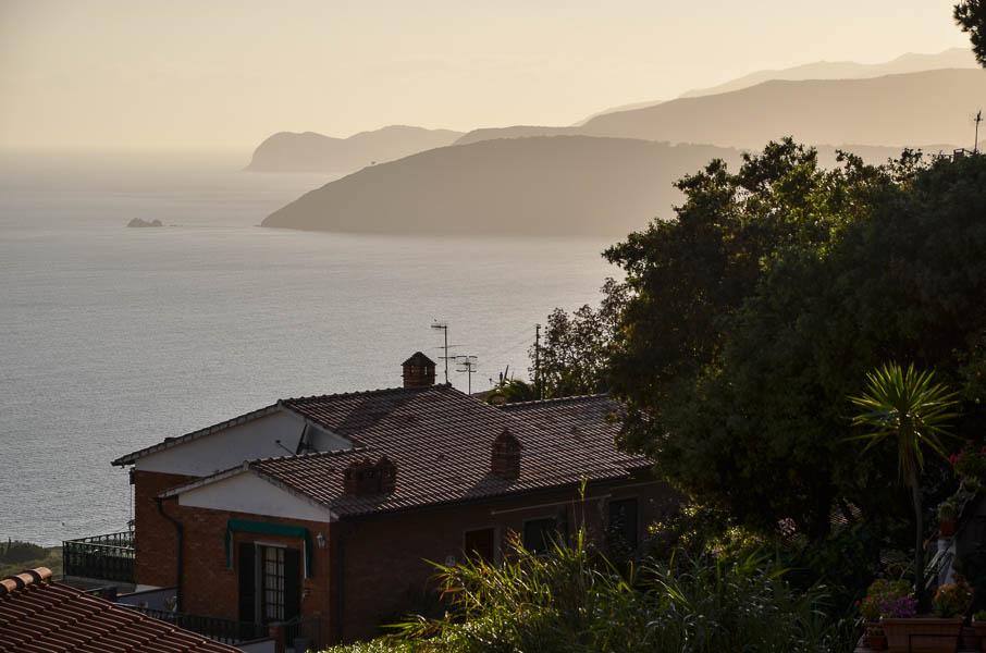Pohled z elbského městečka Capoliveri na moře. Měkké světlo je dáno západem slunce.