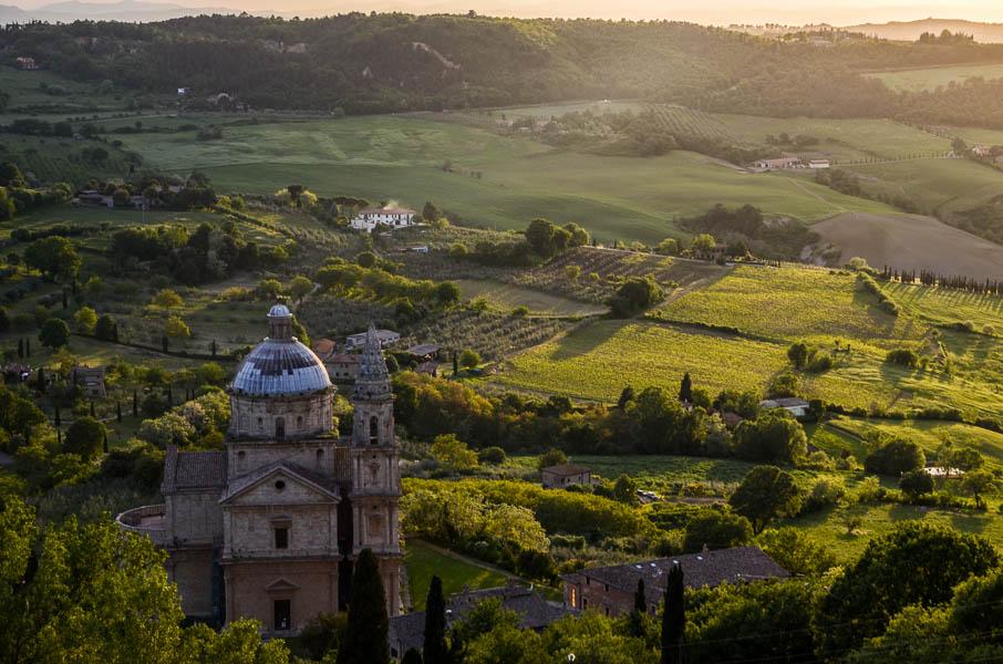 Pohled na krajinu kolem Montepulciana, vlevo dole Bivio di San Biagio