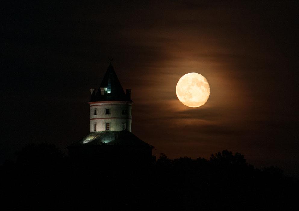 Východ měsíce nad Humprechtem - kompozice s měsícem na pravo mi tolik neseděla (zámek je osvětlen zleva)