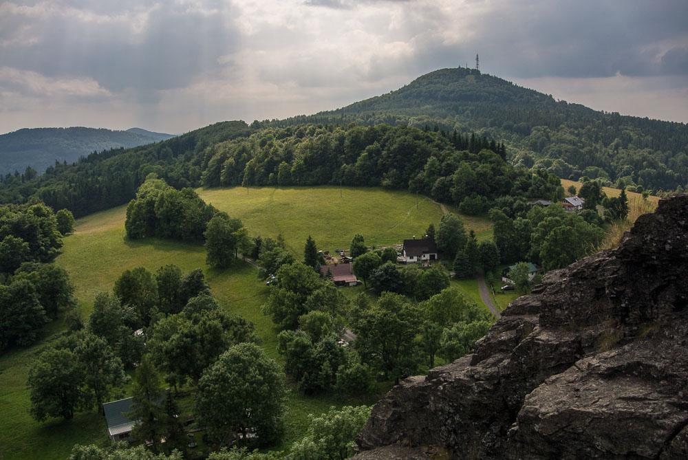Panorama z hradu Tolštejn - pohled na horu  Jedlová
