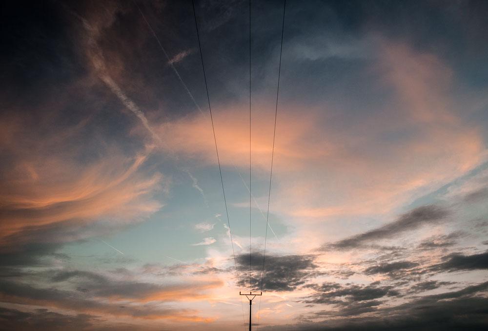 Západ slunce s elektrickým vedením - sloup a elektrické vedení mi nejdříve vadilo, pak jsem se je rozhodl využít