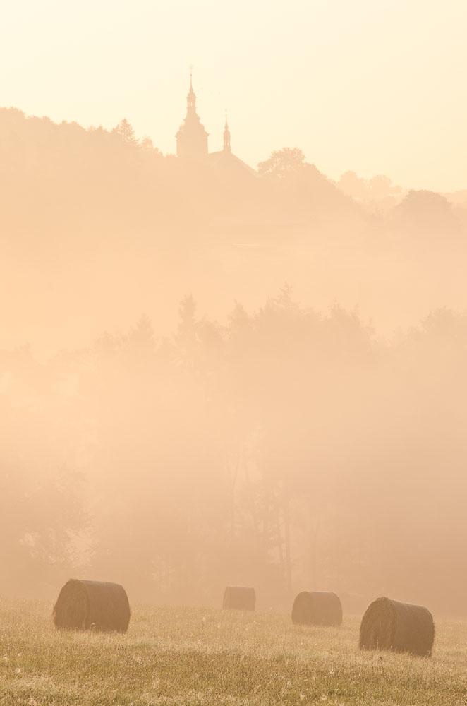 Krásná mlha. Pohled na kostelík v Pístově.