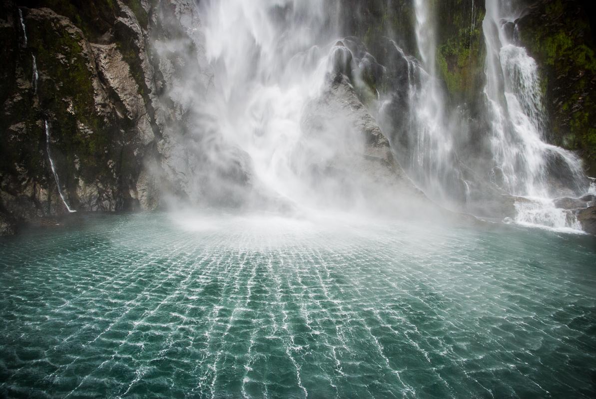Stirling Falls v zátoce Milford Sound (Nevý Zéland): tuto fotografii z Nového Zélandu dnes mám jen díky e-mailu. Kdybych její zmenšeninu neposlal z Nového Zélandu mé rodině jako přílohu, přišel bych o tuto fotku kompletně a navždy. V roce 2010 mi zloději vykradli auto s notebookem a se dvěma HDD plných fotografií, vinou mé špatné archivaci mi tato složka chyběla na třetím záložním místě.
