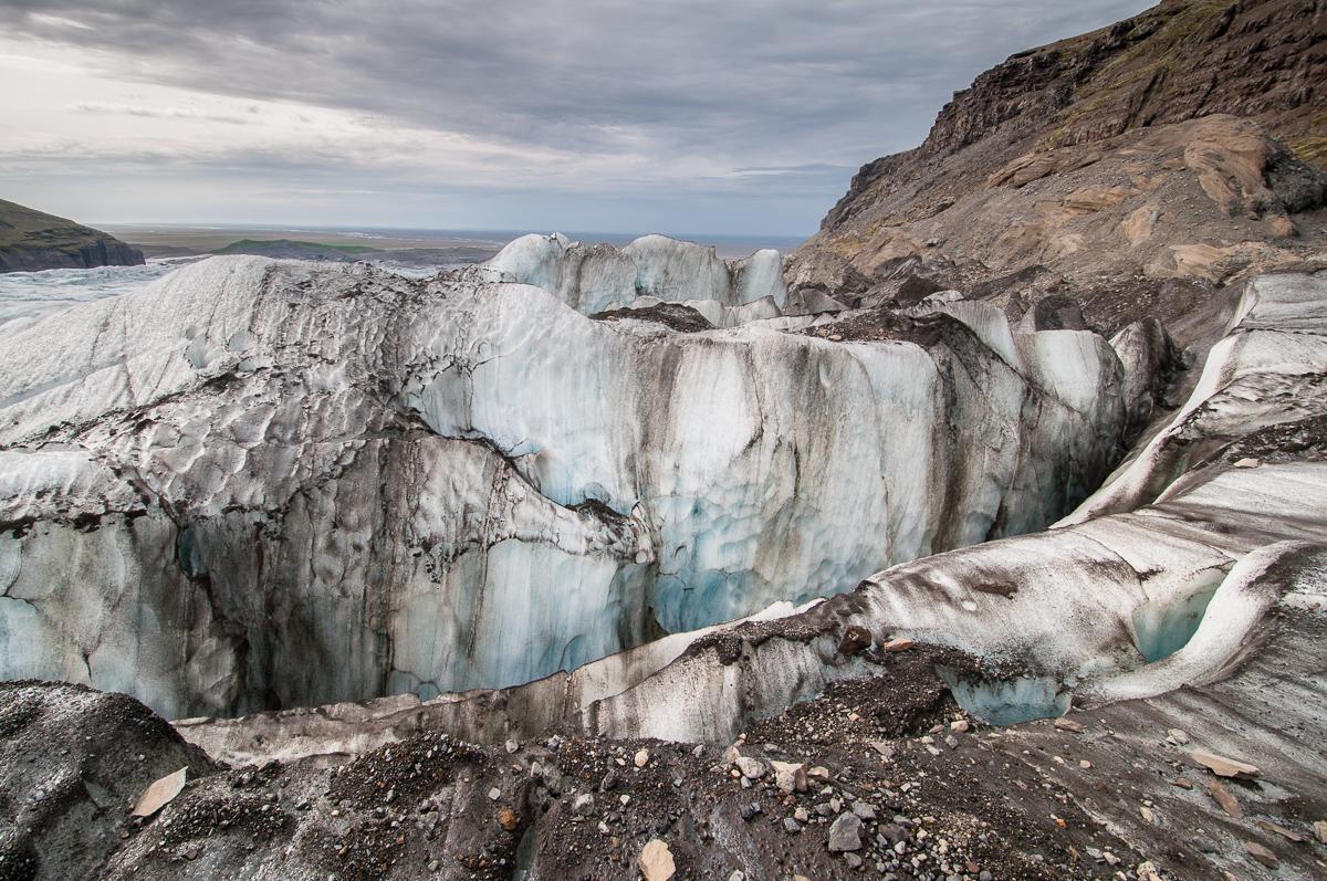 Islandský ledovec Svinafellsjökull: tato fotografie málem nevznikly, nebýt náhodně objevené záložní karty vboční kapse mé brašnu. Moje paměťová karta zůstala po stahování fotek vnotebooku. Druhý den jsme vyrazili na jedno znejhezčích a nejfotogeničtějších míst na celém Islandu – na ledovcový splaz Svinafellsjökull. Představa, že bych neměl ani jednu fotku mě dodnes děsí...Od té doby si pečlivě kontroluji své karty a navíc vždy nosím záložní.