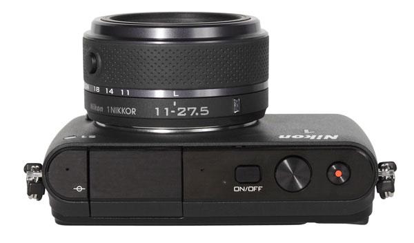 Nikon S1 - pohled zhora -smáčknuím aretačního čudlíku se vysune objektiv a zároveň se zapne fotoaparát