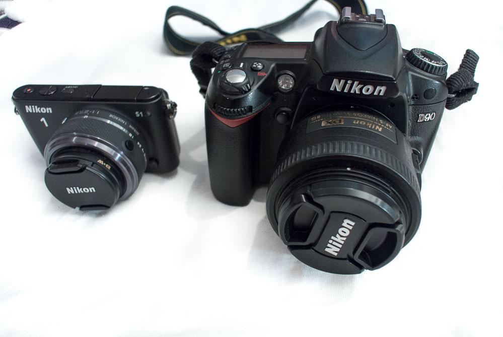 Porovnání velikosti: nalevo Nikon 1 S1, napravo Nikon D90
