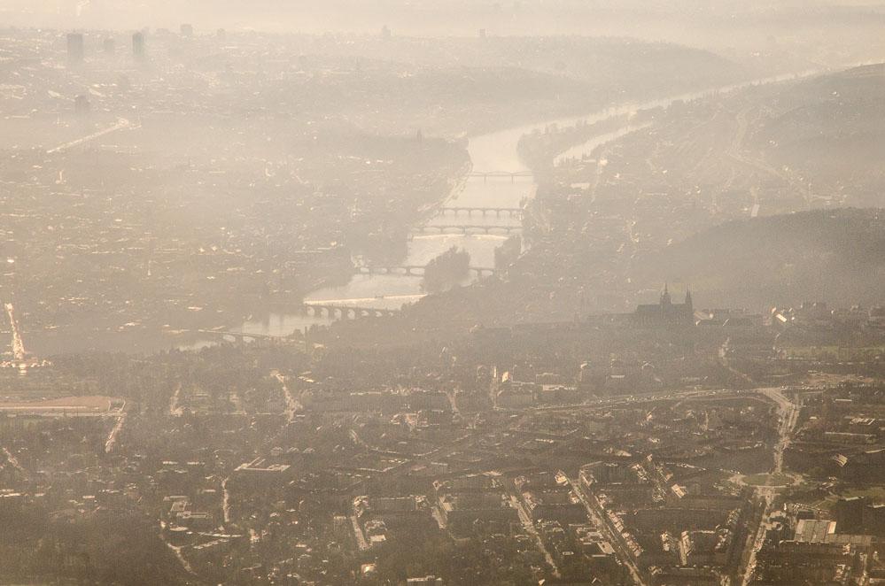 Ranní Praha z letadla - pro tento záběr musíte sedět vpravo při vzletu, nebo vlevo při příletu (ovšem závisí to také ne směru přistávání, které se odvíjí od povětrnostních podmínek).