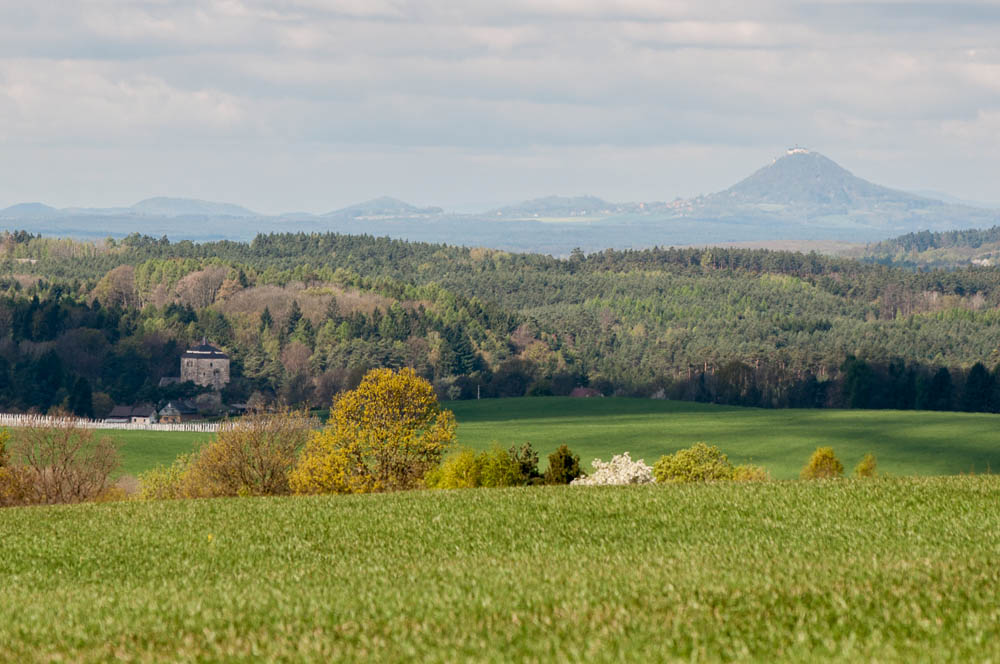 Pohled ze silnice mezi Střehomí a Nepřívěcí - v dálce je vidět Bezděz a v levém dolním rohu trochu zapdalý hrad Kost. Ve skutečnosti je vzdálenost mezí Kostí a Bezdězem asi 40km, díky průzračnému vzduchu a dlouhému ohnisku (200mm) vypadá vzdálenost o hodně menší.