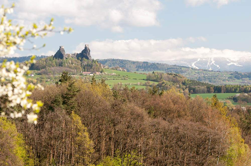 Trosky ze Stéblovic, v dálce jsou vidět sjezdovky na Lysé hoře