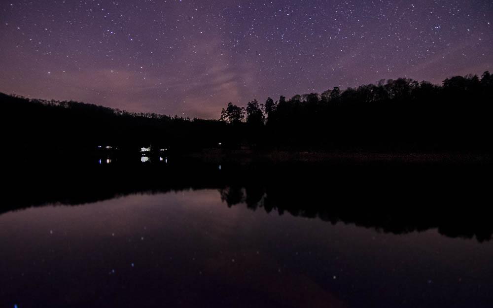 Noční obloha nad Vranovskou přehradou - je před půlnocí, 19.dubna, měsíc je sice jen pár dní po úplňku, v tomto konkrétním čase však ještě dostatečně za horizontem...
