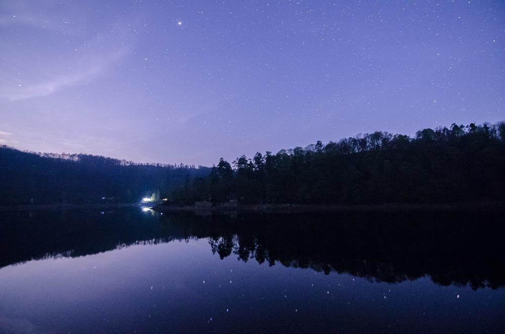 Po půlnoci však už obloha kvůli vycházejícímu měsíci výrazně zesvětlala a hvězdy už kvůli světelnému smogu přestaly být vidět...expozice u obou fotografií totožná