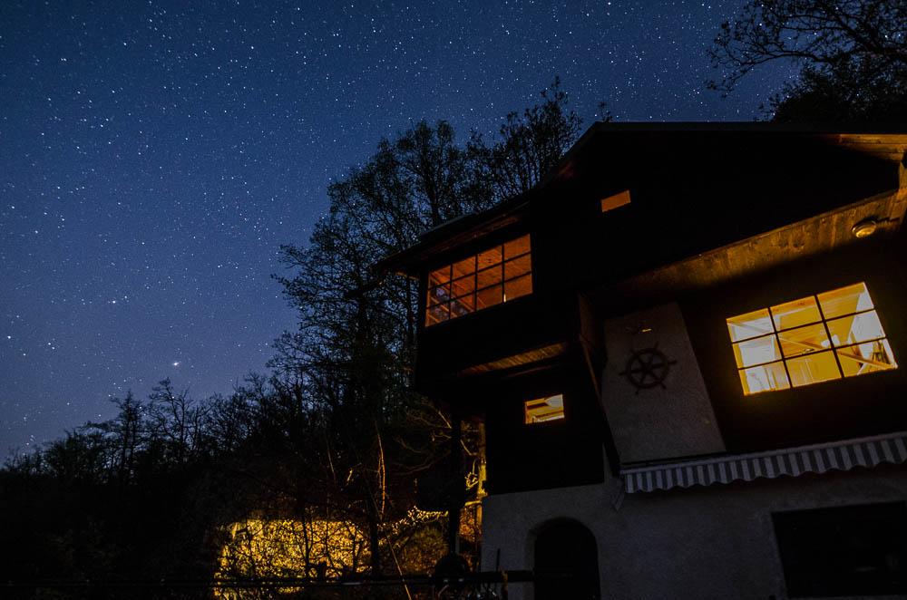 Noční nebe nad chalupou