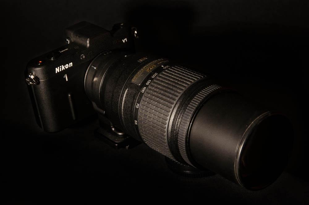 Nikon V1 + objektiv Nikkor 55-300mm VR připojený přes redukci FT1. Celková cena sestavy je v dnešních bazarových cenách cca 12 tisíc korun.  Nikon V1 + objektiv Nikkor 55-300mm VR připojený přes redukci FT1. Celková cena sestavy je v dnešních bazarových cenách cca 12 tisíc korun.