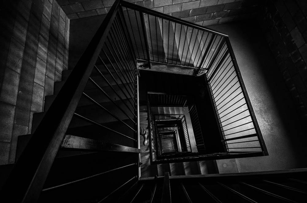 Světla a stíny rozhlednových schodišť