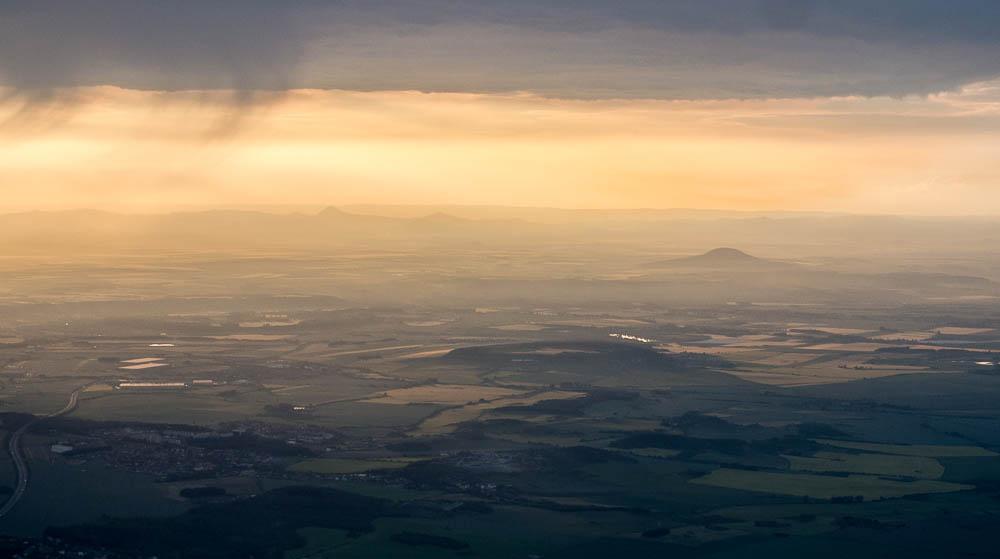 Pohled na horu Říp, v dálce Středočeská pahorkatina.
