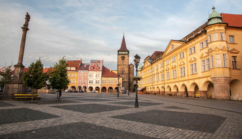 Panorama náměstí - zleva Mariánský sloup, uprostřed věž Valdické brány, vpravo Jičínský zámek.