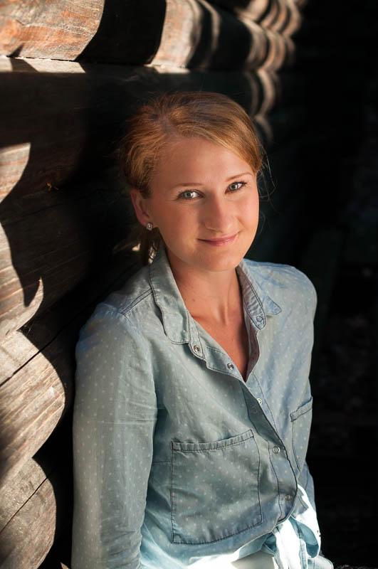 Eliška - portrét v odpolodním slunci, jako difuzér posloužilo bílé tričko. 40mm na DX je dobré na focení od pasu nahoru.