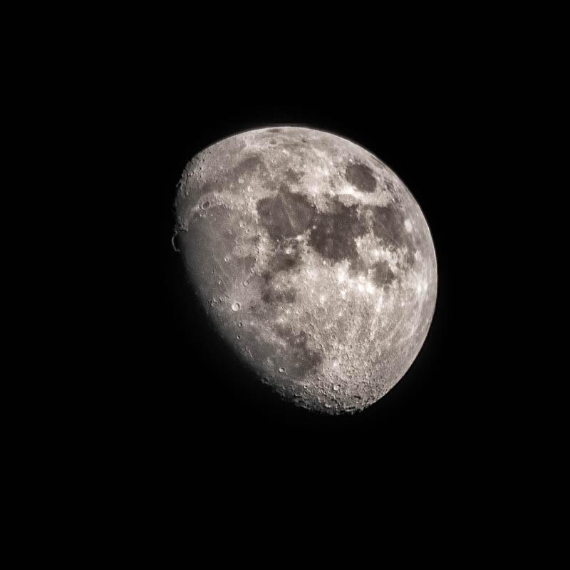 Při fotografování měsíce se velmi hodí elektronická závěrka a crop factor 2,7.