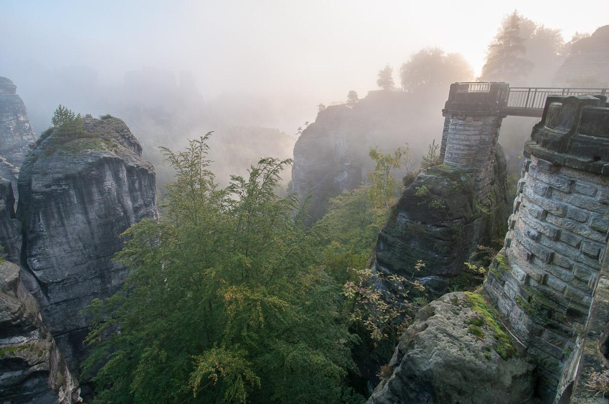 Pohled ze skalního mostu Bastei na okolní skalní město