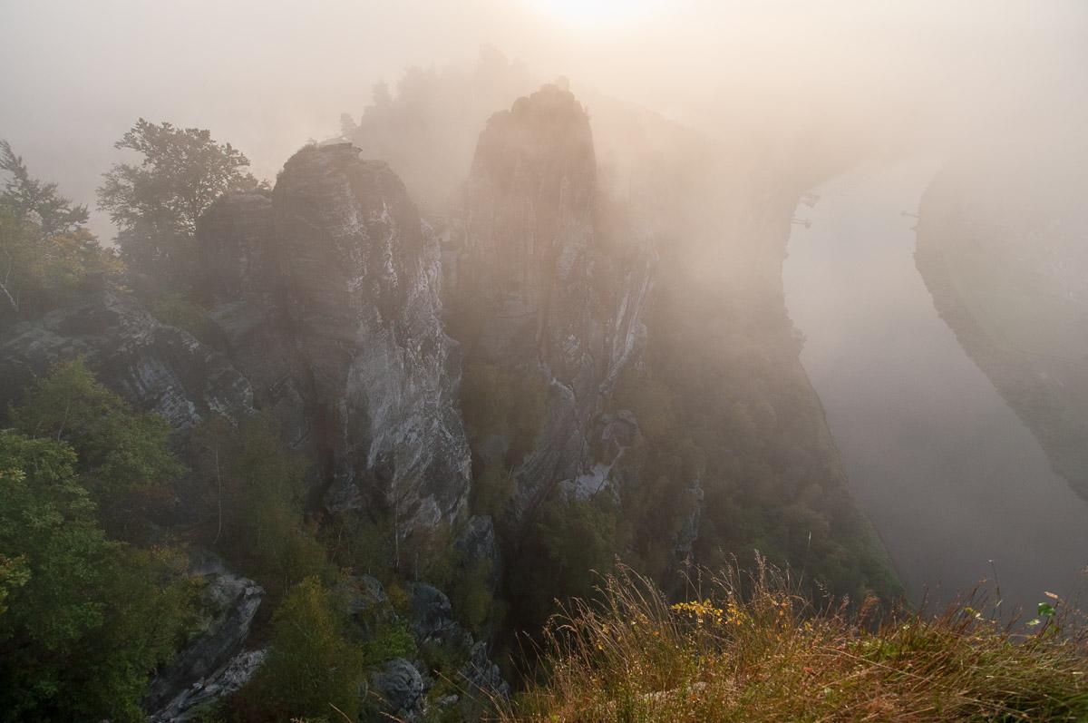 Saské Švýcarsko: horní vyhlídka Bastei - zde bylo v 7hod ráno úplně narváno, když jsem se vrátil kolem osmé hodinu, už jsem tu byl sám.