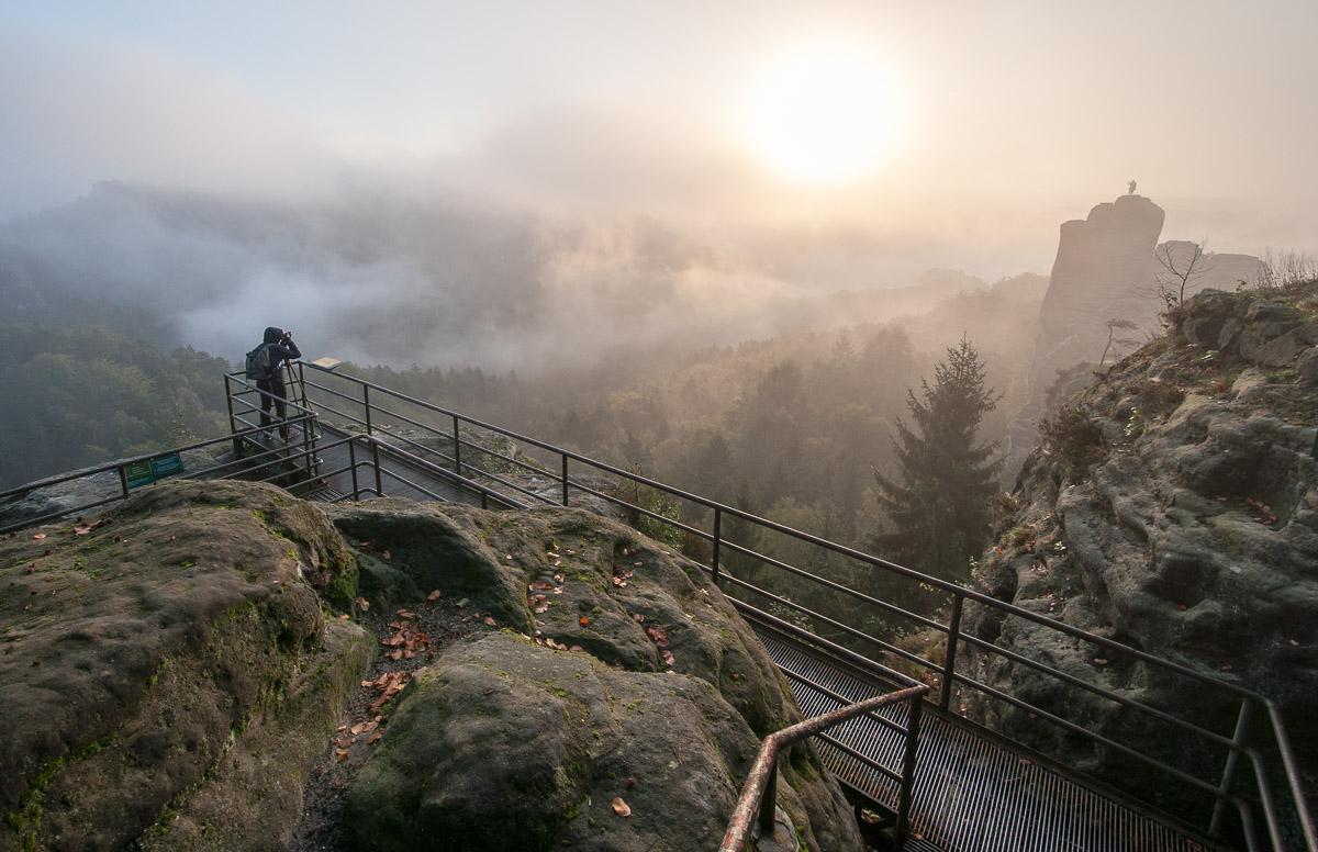 Saské Švýcarsko: na skalním hradu Neurathen jsem sice nebyl sám, oproti horní vyhlídce na Bastei zde bylo ale doslova vylidněno