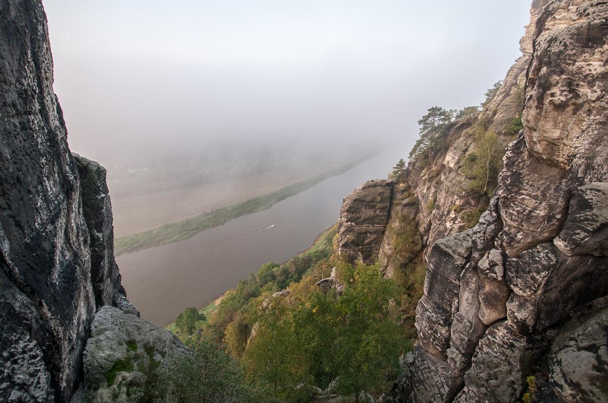 Pohled ze skalního mostu Bastei o 194m níže na hladinu Labe