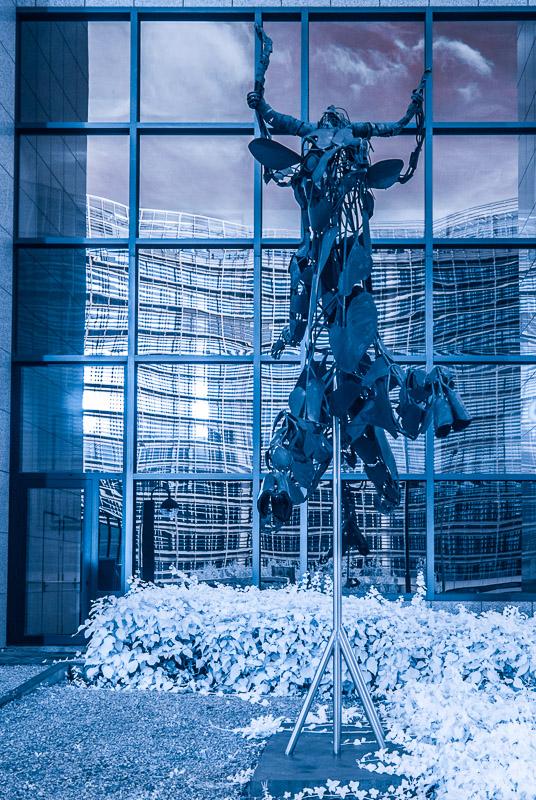 Brusel - skulptura pře Evropskou radou
