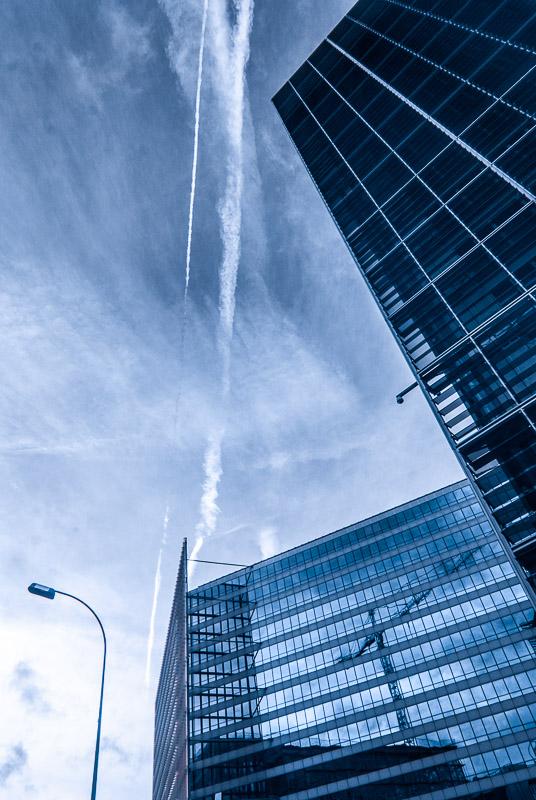 Brusel - pohled vzhůru na nebe nad Berlaymont (budova Evropské komise)