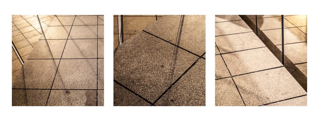 Abstraktní triptych chodníkových dlaždic