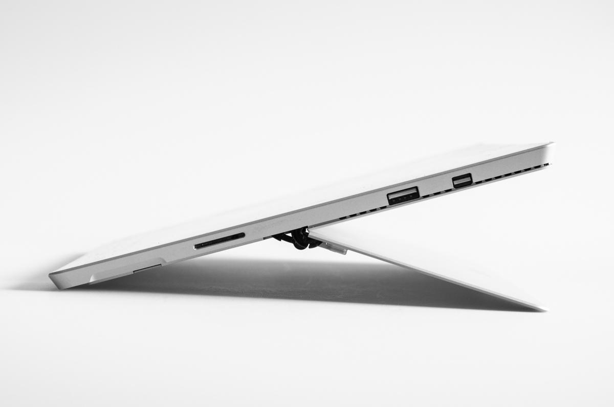 Surface 3 Pro - boční pohled - vidět lze port USB 3.0, MiniDisplay Port, podlouhlá škvíra je zdířka napájení. Stojánek je sklopen téměř do krajní polohy - toto se skvěle hodí pro kreslení stylusem.