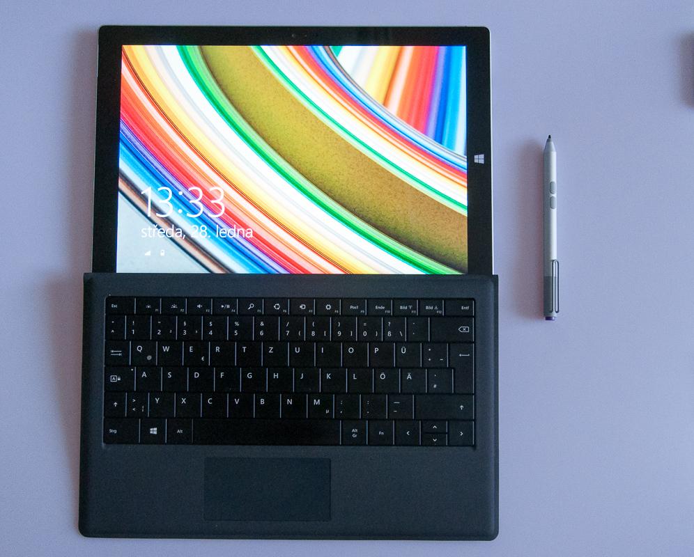 Pohled na klávesnici - já jsem si vybral německou, možné je objednat i anglickou. Na výběr jsou různé pestré barvy, já jsem se držel při zemi, vybral jsem šedou, teď lituji, že nemám svítivě modrou.