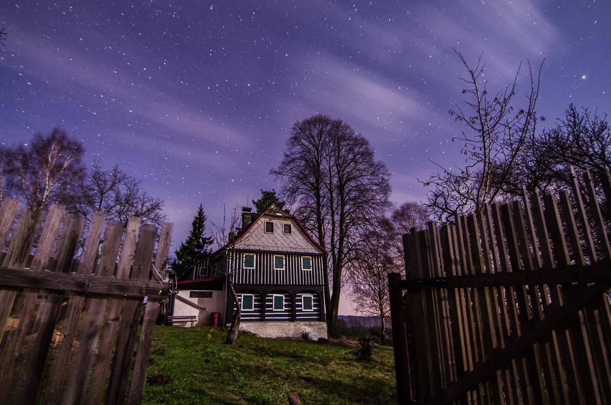 Opuštěná chalupa - jediným zdrojem světla je měsíc v poloviční fázi.