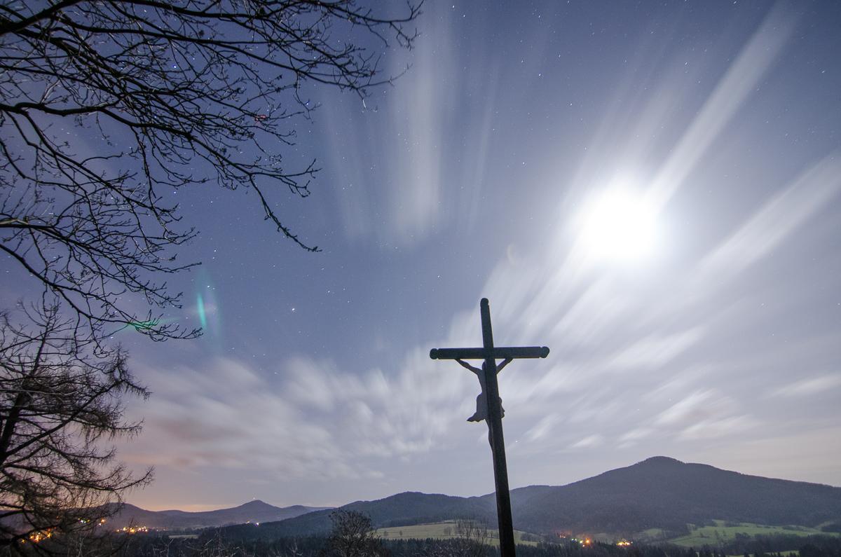 Přeexponovaná noční fotografie nevypadá dobře, nemá tu správnou atmosfíru. Všimněte si také odlesku olesků/prasátek vlevo u větví - nejen slunce v záběru je problém, nýbrž jakýkoli intenzivní zdroj světla.