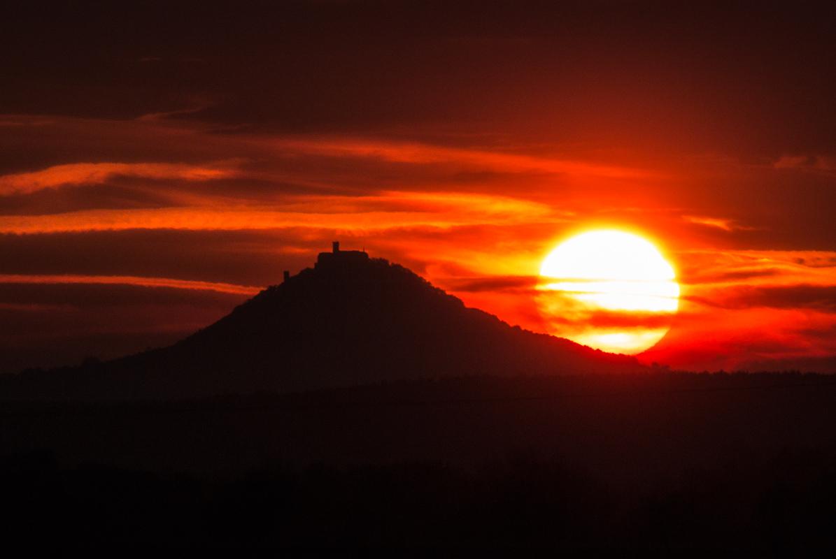Západ slunce nad Bezdězem - fotogarfováno zruky, stabilizace při ohnisku 800mm velmi pomohla.