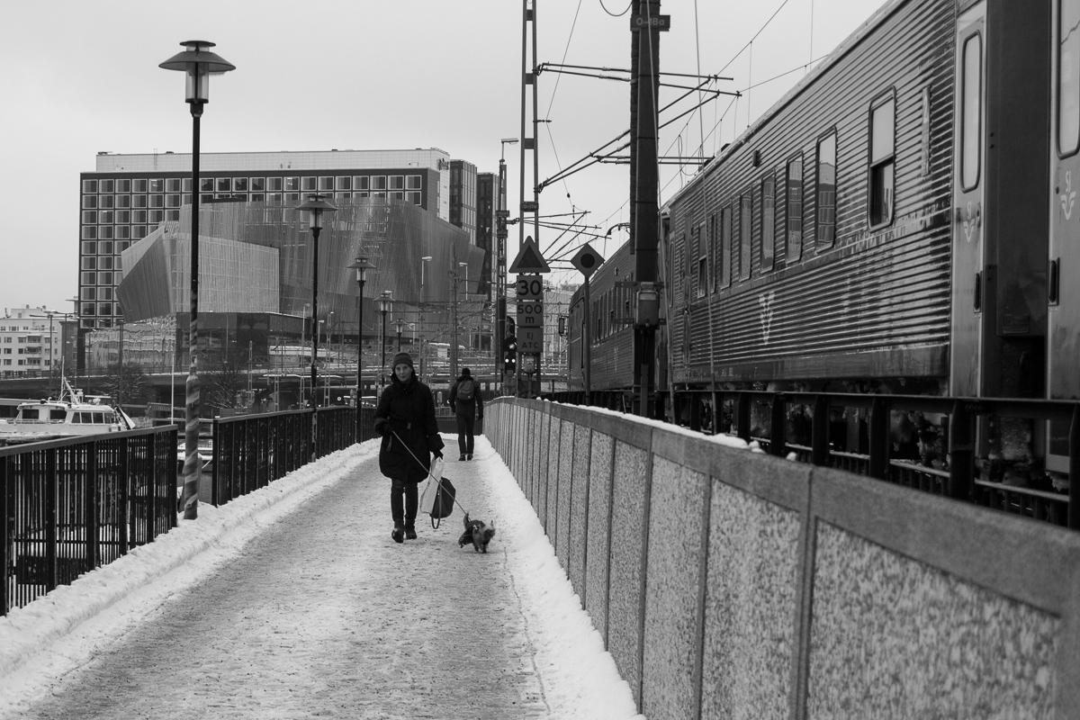 Cesta podél kolejí k hlavnímu nádraží