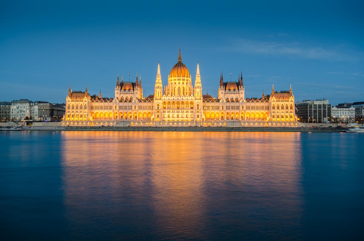 Osvětlený parlament krátce po soumraku