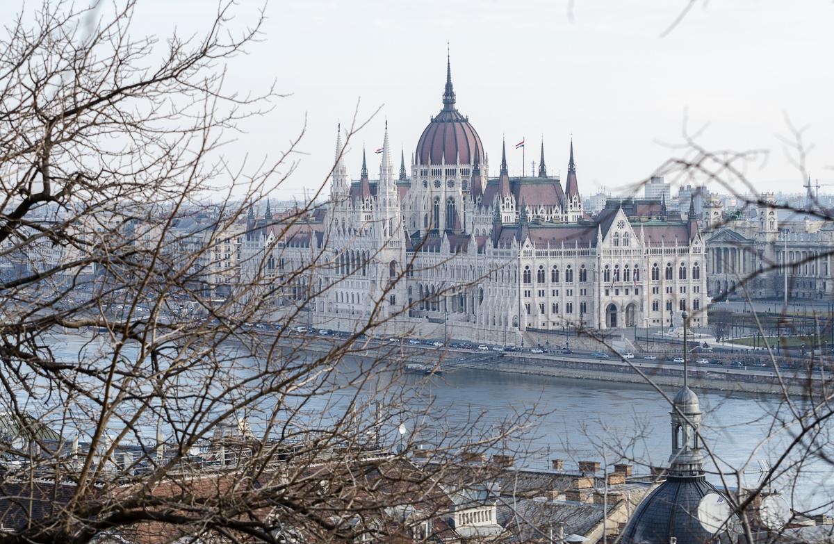 Pohled na budovu parlamentu při stoupání k Rybářské baště
