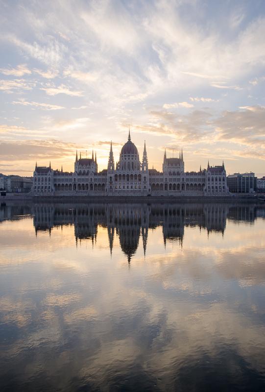 Svítání nad parlamentem (Budapešť, Maďarsko)