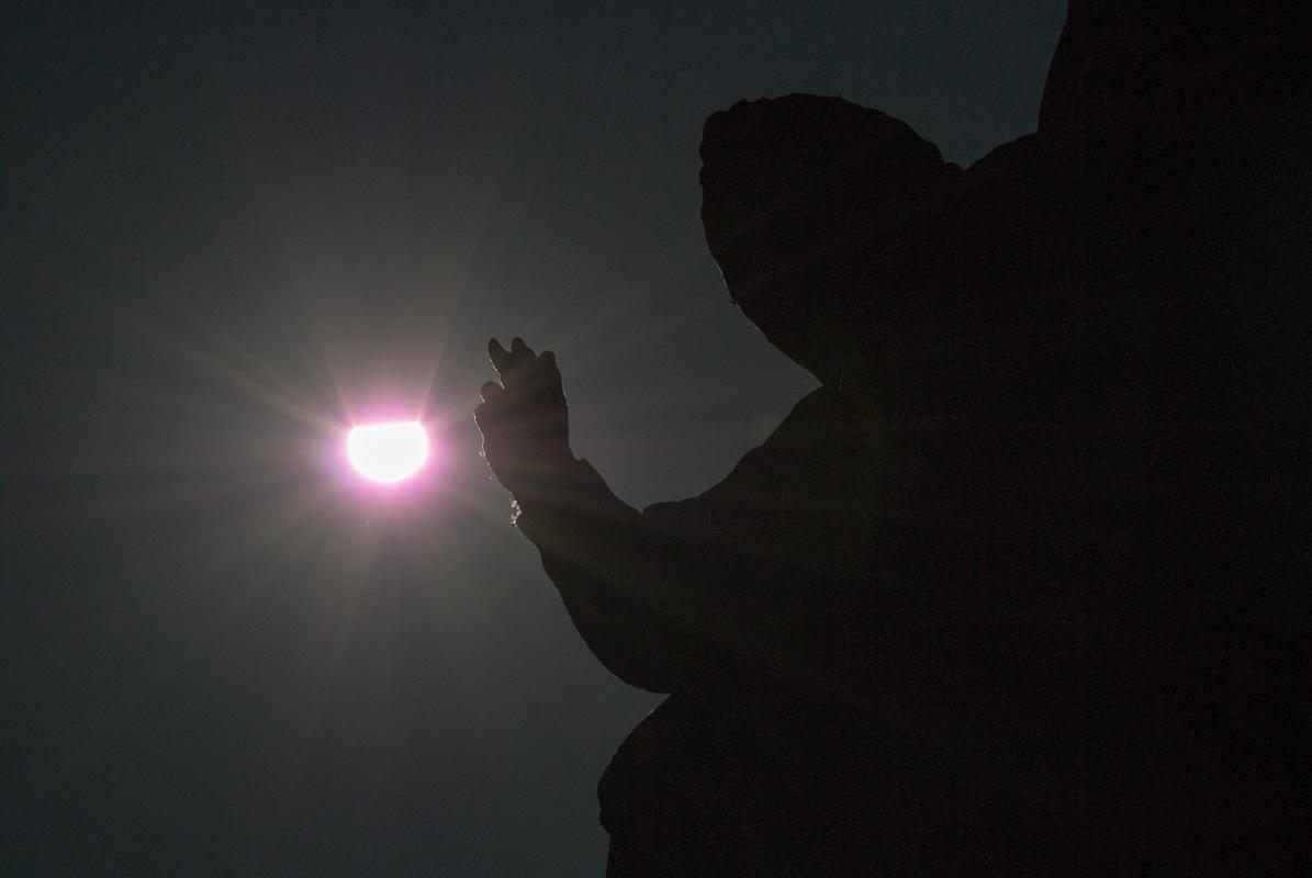 Socha se sluncem - tady jsem volil střední expozici, slunce je trochu přepálené, socha i nebe jsou silně podexponované - zbytek jsem se snažil vytáhnout   v Lightroomu - výsledek nic moc.