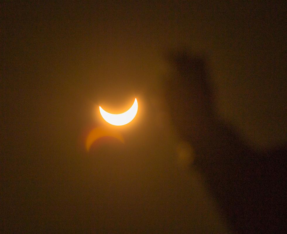 Detail slunce - další nástraha je ostření - pro dokonalý výsledek bych musel provést expozici dvou snímku, jeden zoatřit na ruku, druhý na slunce a pak je spojit.