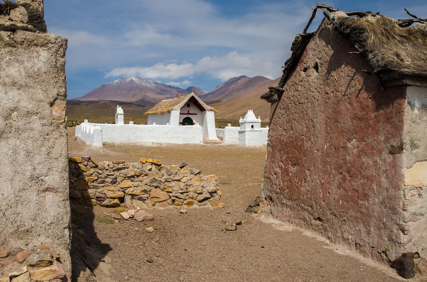 Jedna z více zachovalých osad při cestě ze Salar Surire do parku Isluga. Nikde ani živáčka, místní původní obyvatele se prý přestěhovali do měst dole u pobřeží.