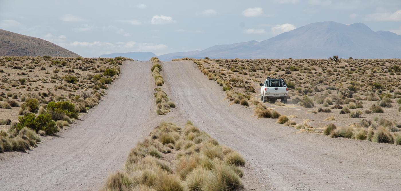 """Jedeme po prašné cestě, někdy je hupsaní na vyjetých """"roletách"""" tak únavné, že raději jezdíme bokem."""