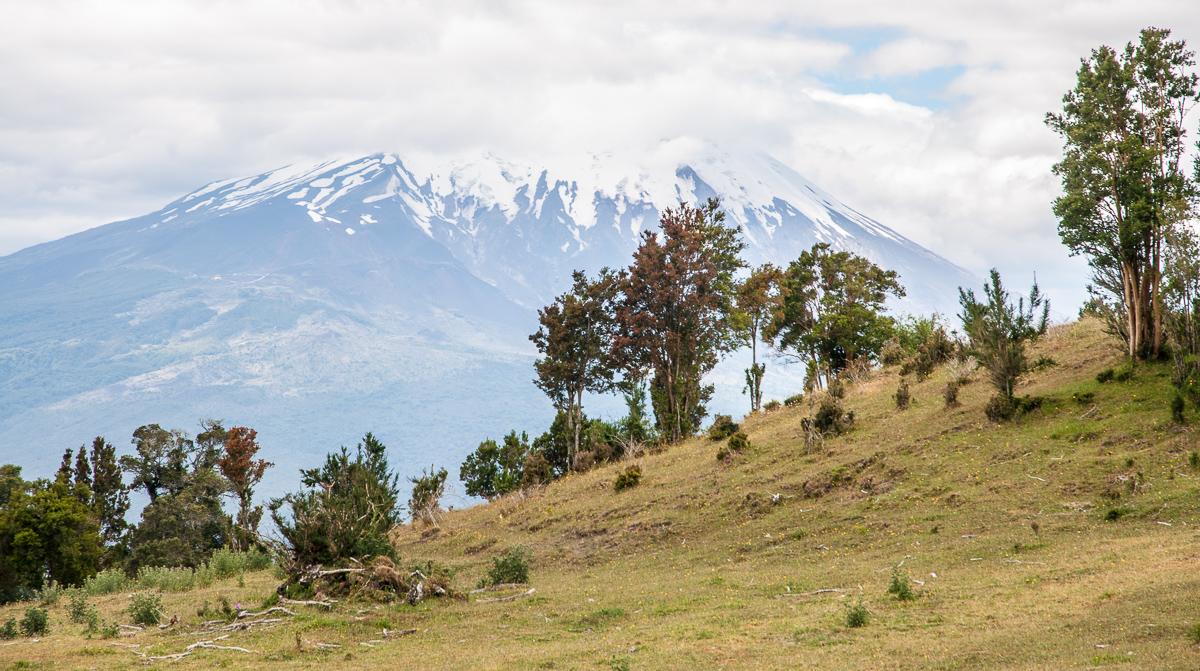 Výhled na sopku Osorno z protilehlé sopky Calbuco
