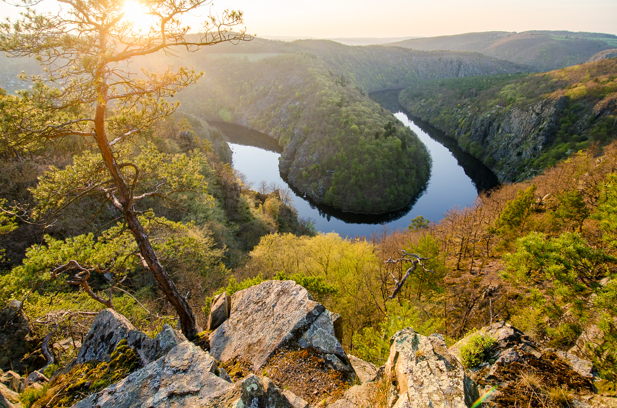 Vltava z vyhlídky máj:  pohled z boční skály, kam turisté nechodí