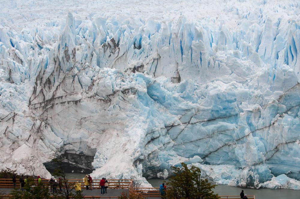 Ledovec Perito Morenoi - rozměry téměř nelze zprostředkovat fotografiemi. Osvědčená rada je dávat do záběrů lidi, aby tam byl referenční bod, který dá lepší smysl pro proporce.