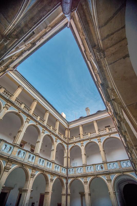 Arkády Valdštejnského zámku v Jičíně - sice zatím nemám specializovaný FX široko-úhlý objektiv, ale i s Nikkor 10-24mm lze na FX fotit (cca od 18mm bez videtlných okrajů objketivu).