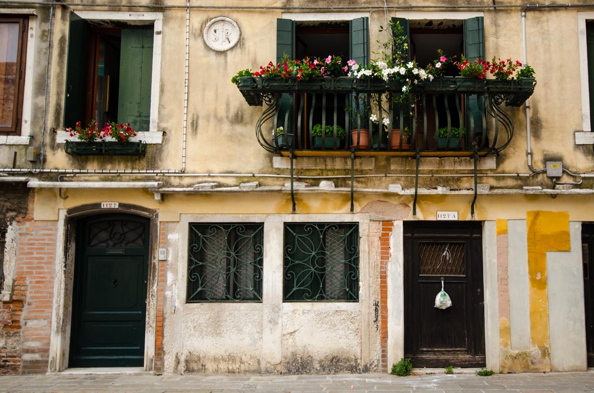 Typická patina starých omítek - to jsou ty správné Benátky - nutno k tomu ovšem počítat častý zápach a po ránu i dost bordel...