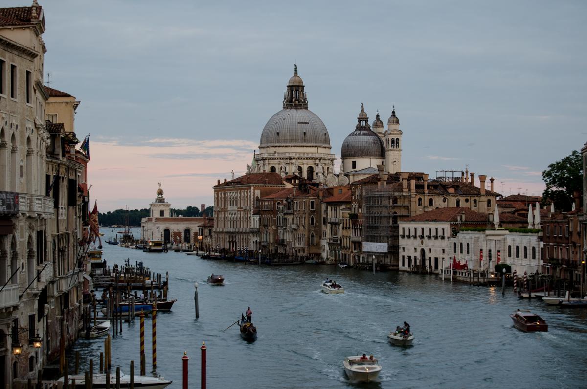 Benátky podvečerní - kanál a kostel Santa Maria della Salute